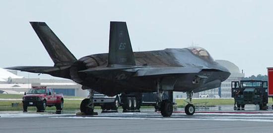 2014年火灾事故中的F-35A,,整个中后机身蒙皮全毁