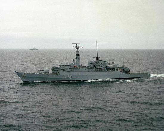 """图片:参战的21型护卫舰""""箭""""号主炮后就是飞鱼导弹"""