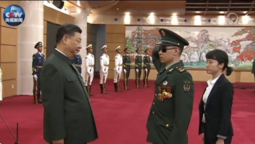 康辉:看到杜富国向习主席敬军礼 我眼睛湿润了