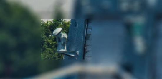 (安装在055型驱逐舰机库外壁上的精密跟踪雷达设备)