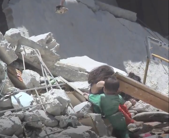 叙利亚5岁女童空袭中不放弃救妹妹 自己却不幸丧生