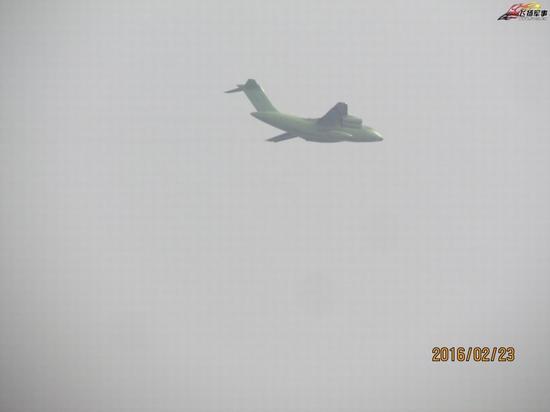 中国空军目前最大的短板是多机种,大编队的远程奔袭作战能力,造成