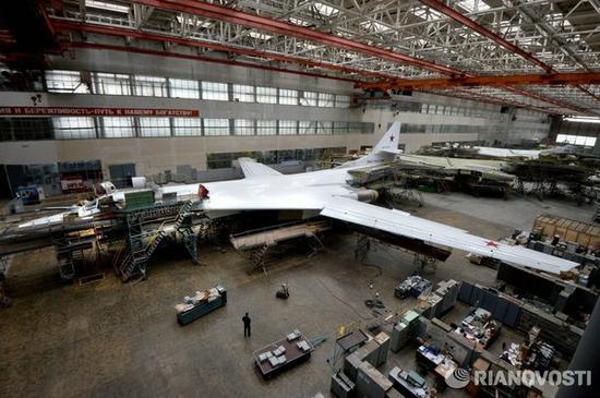 图为俄高调展示图-160战轰生产线。