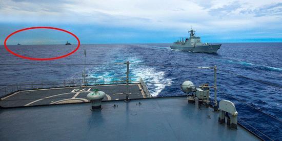 原文配图:对抗演练结束后,综合补给舰洪湖舰(舷号963)同时为导弹驱逐舰合肥舰(舷号174)和兰州舰(舷号170)进行横向和纵向的海上油料补给。照片左后方仍能看到两个黑点,那是锲而不舍如影相随的两艘美日驱逐舰。(王一安 摄)