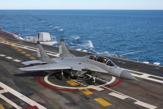 美媒:在北约舰机围观下 俄米格-29舰载机坠入地中海