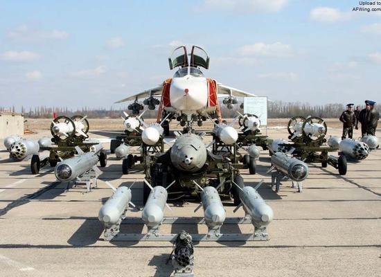 """大载荷的苏-24""""击剑手""""歼击轰炸机非常适合执行防空压制任务"""