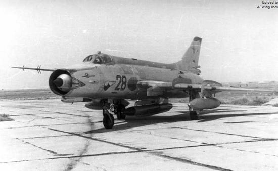 这是一架机腹携带Kh-28导弹的苏-17M2攻击机,注意左侧机翼内挂架未挂载,右侧有一吊舱