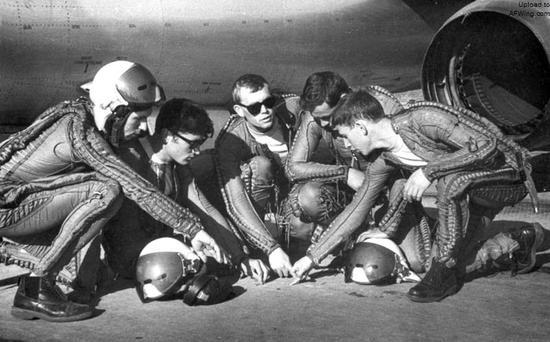 苏联飞行员正在研究防空压制任务突击计划