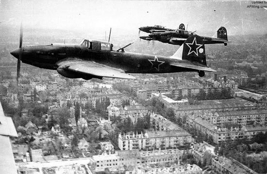 早在卫国战争时期苏联就拥有在宽大正面大规模运用轰炸、强击航空兵的能力