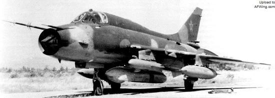 """苏-17M3歼击轰炸机腹部和机翼下分别挂载着""""雪暴""""目标搜索吊舱和SPS-141MVG Gvozdika主动雷达干扰吊舱"""