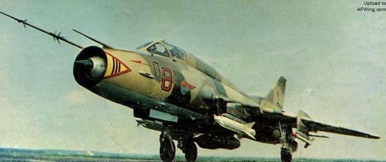 苏-17M3歼击轰炸机可以携带2枚KH-25MP反辐射导弹,火力和灵活性比大型的KH-28反辐射导弹更好