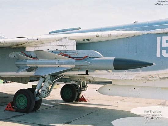 苏-24M歼击轰炸机可以携带2枚Kh-58反辐射导弹,还能够再带多枚常规炸弹,对防空阵地进行覆盖轰炸