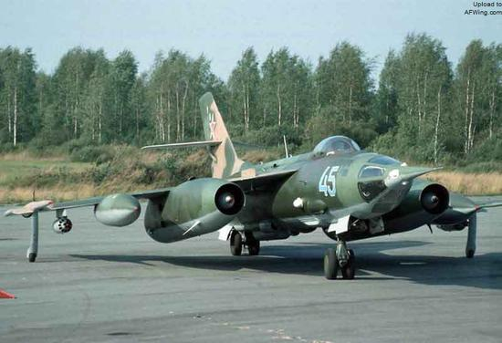 雅克-28PP机翼下都携带火箭弹发射巢,但打出的火箭弹战斗部都是箔条