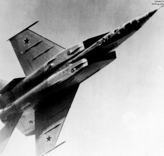 米格-25R凭借高速性主要执行高危区域的战术侦察任务
