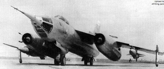 雅克-28N轰炸机的机翼下携带有2枚巨大的Kh-28反辐射导弹