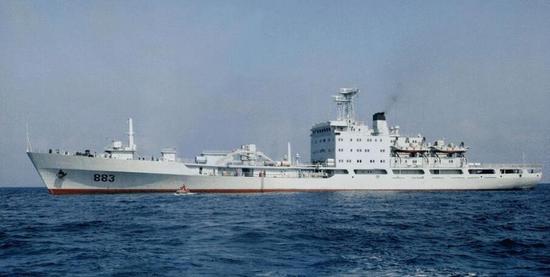 中国建万吨巨舰补给南海岛礁