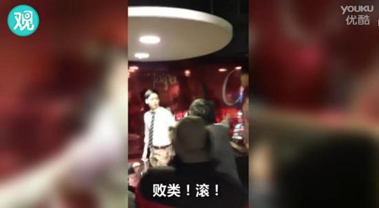 视频截图 戴帽子的男士为受访者张志明