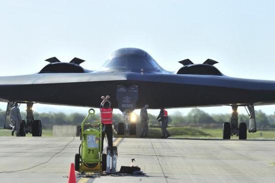 正面看到的B-2战略轰炸机