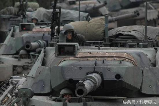 图片:土耳其陆军豹IA1A1坦克,从图上看出,该坦克也使用了中空的间隔装甲。
