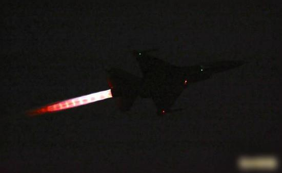 F-16战机在夜色中起飞