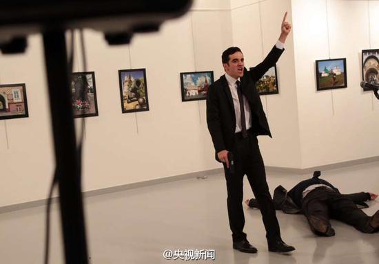 注意:凶手就是图片中这位神情激动的年轻人,而俄罗斯驻土耳其大使卡尔洛夫惨死在其脚下