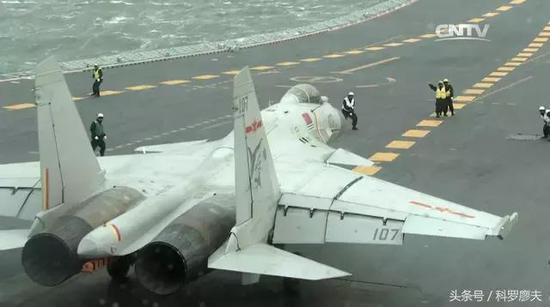 美联社《中国航母首次实弹演习》:中国第一艘航母战斗群已经进行了首次实弹演习,中国国防部宣布,中国航母辽宁舰组成舰队编队和几十架飞机参加了前几天在渤海东部海域中国检验武器性能和训练水平的运动,中国上个月表示,航母辽宁已经准备参加战斗,这标志着一个里程碑,中国海军具有远洋力量投射能力,能够远离中国海岸作战。航母、驱逐舰和护卫舰进行的演习包括空中拦截、海基攻击和防空以及侦察、预警、反舰导弹系统。中国研制的歼-15战机进行了实弹发射。