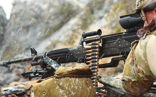 图:经济成本的重要性经常高于性能指标,何况LWMMG机枪的性能并非全面优于传统7.62毫米机枪