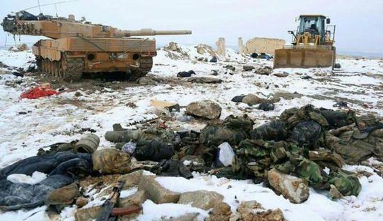 极端组织发布的视频炫耀缴获土耳其豹2A4坦克及大量装备物资