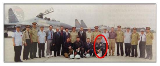 当年交付苏-27的时候 也是俄罗斯飞行员飞来的 图中红圈就是