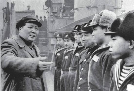 1953年2月,毛泽东视察中国人民解放军海军洛阳舰
