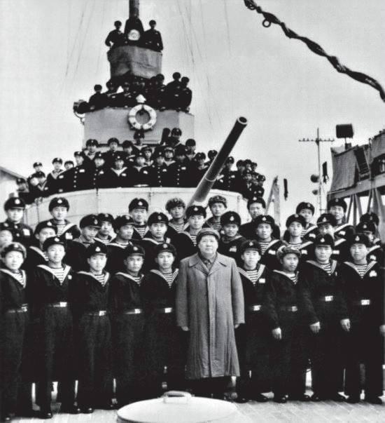 1953年2月,毛泽东与长江舰海军官兵合影