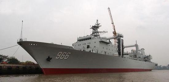 此次航母编队让人欣喜的地方,看到了综合补给舰随行,图为966高邮湖号,属于903综合补给舰,录属东海舰队
