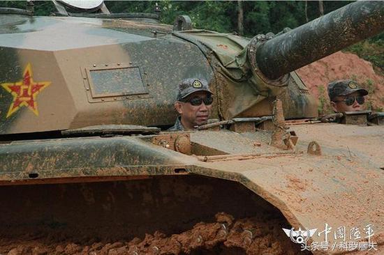 """令人意想不到的是,这辆""""新战车"""",并不是什么新装备,而是由59式坦克改装而成的96式主战坦克专用驾驶教练车。"""
