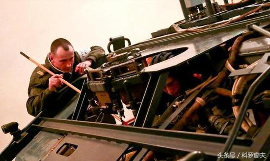 坦克模拟训练在外军应用也很普遍。这是俄罗斯坦克部队教官在模拟教具旁传授坦克驾驶员驾驶技巧。