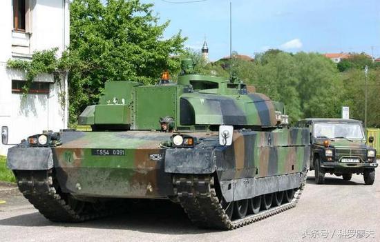 法国勒克莱尔主战坦克的教练坦克,使用勒克莱尔坦克的底盘,安装了去掉火炮的视野较好的教练炮塔。