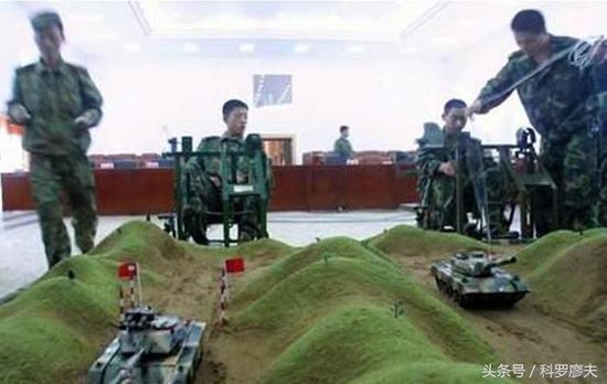 上图为坦克驾驶员在室内与计算机操控的坦克在模拟山区驾驶的技术要领。
