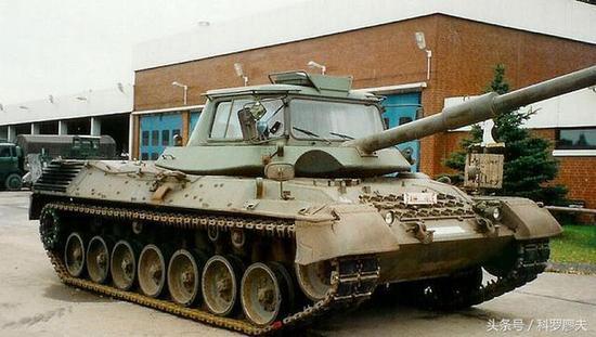 澳大利亚陆军的驾驶员训练坦克,基本与德国豹1A1教练坦克相同。比利时和荷兰型驾驶员训练坦克则未安装假火炮。