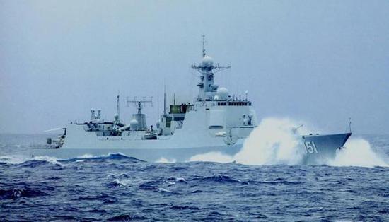 执行护航任务的151郑州舰,它属于052C型防空驱逐舰,隶属东海舰队