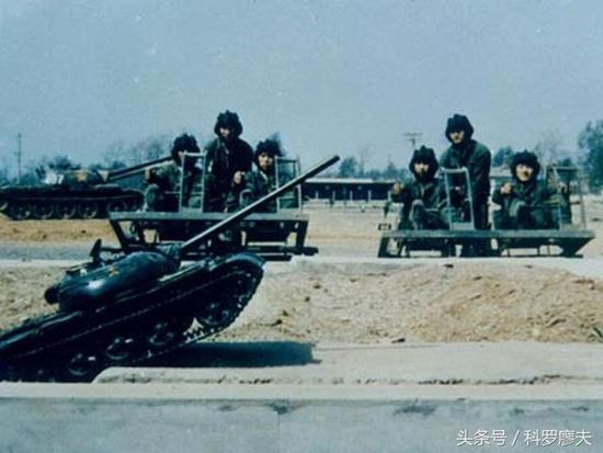 这种沙盘情景训练法,早在上世纪80年代就开始在我军实行,是我们军队一项很独特的训练方式。