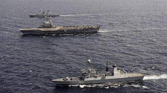 英法两国舰艇共同护航戴高乐号航空母舰