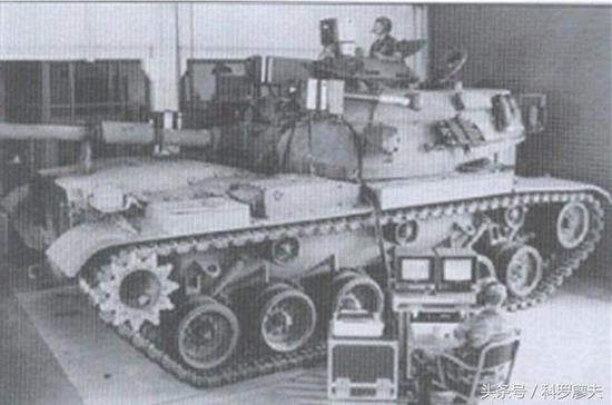 """美国M60""""巴顿""""主战坦克的坦克全成员交互模拟器,用于全成员交互模拟训练,系统可提供射击训练成员协作和战术配合。"""