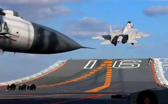 近日,军媒公布了多张辽宁舰训练图