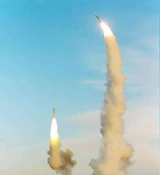 双发齐射的红旗-9导弹