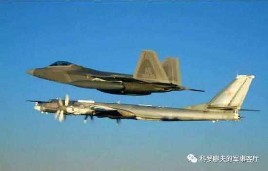 图片:F22携带副油箱在阿拉斯加拦截俄罗斯的图95MS轰炸机。