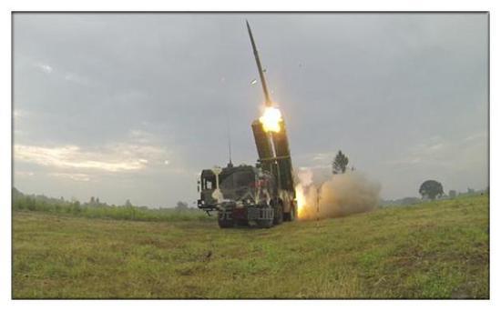白俄罗斯的A200火箭炮试射中 这类战略级武器 还是靠自己生产为好 至于为何说是战略 看看效果就知道