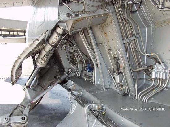 飞机上的液压系统不仅要驱动气动面偏转,也为起落架,舱门的收放