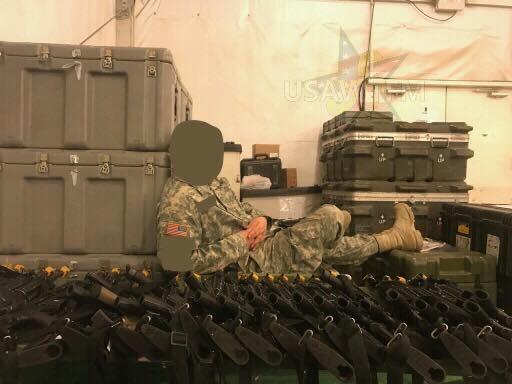 一个不具备相应资格的士兵被派去看管武器