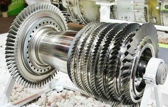 航空发动机的设计、材料与制造技术对于航空工业的发展起着关键性的作用,先进的航空动力是体现一个国家科技水平、军事实力和综合国力的重要标志之一。现在无论是航空发动机的研制与生产,还是航空发动机在服役中的质量可靠性,均已成为制约我国航空工业发展的瓶颈之一。航空发展动力先行,已成为我国航空工业人士的共识;而材料与工艺的发展,对航空发动机发展起着关键的制约作用。美、欧等航空发动机研制的先进国家,在航空发动机材料及其相关制备技术上投入了很大的精力。美国空军在对未来航空技术发展的预测中,在全部43项航空技术中,先
