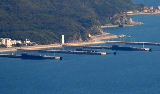 中国南方的潜艇基地内停靠着三艘核潜艇