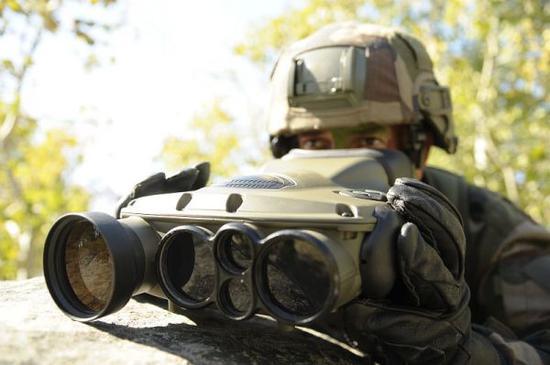 越军用法国望远镜侦察边境 称能发现24公里外敌坦克